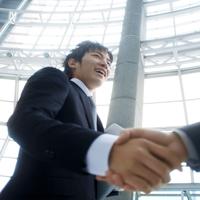 商談が決まりビルのロビーで握手をするビジネスマン 20027005787| 写真素材・ストックフォト・画像・イラスト素材|アマナイメージズ