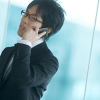 携帯電話で話をするビジネスマン 20027005796| 写真素材・ストックフォト・画像・イラスト素材|アマナイメージズ
