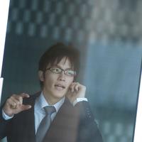 携帯電話で話をするビジネスマン 20027005804| 写真素材・ストックフォト・画像・イラスト素材|アマナイメージズ