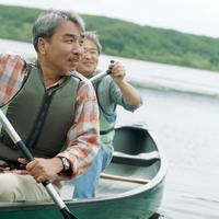 湖でカヌーに乗る2人のシニア男性