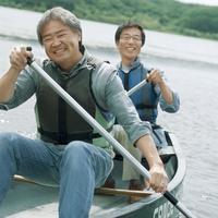 湖でカヌーに乗り微笑む2人のシニア男性