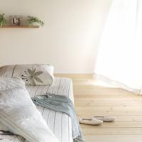 光の差し込む女性の部屋のベッド 20027005849  写真素材・ストックフォト・画像・イラスト素材 アマナイメージズ
