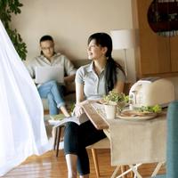 休日に朝食を食べながらくつろぐ30代のカップル