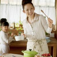 キッチンで一緒に料理をする母親と女の子