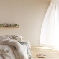 光が差し込む部屋のベッド