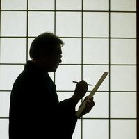 障子の前で俳句を書くシニア男性のシルエット 20027005963| 写真素材・ストックフォト・画像・イラスト素材|アマナイメージズ
