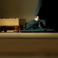 和室で囲碁をする着物姿のシニア男性