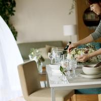 テーブルの上の花を生けパーティーの準備をする20代の女性