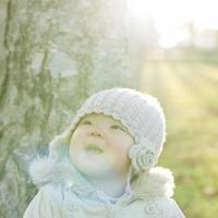 公園の木の前で微笑む女の子
