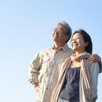 青空をバックに肩を組み微笑むシニア夫婦 20027006000| 写真素材・ストックフォト・画像・イラスト素材|アマナイメージズ
