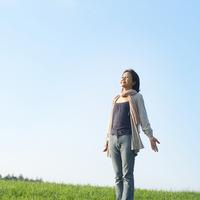 草原に立ち深呼吸をするシニア女性 20027006001| 写真素材・ストックフォト・画像・イラスト素材|アマナイメージズ