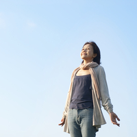 草原に立ち深呼吸をするシニア女性 20027006002| 写真素材・ストックフォト・画像・イラスト素材|アマナイメージズ