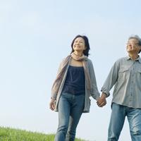 草原で手をつなぎ歩くシニア夫婦 20027006006| 写真素材・ストックフォト・画像・イラスト素材|アマナイメージズ