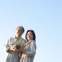 2人で一緒に花の鉢を持つシニア夫婦 20027006011| 写真素材・ストックフォト・画像・イラスト素材|アマナイメージズ