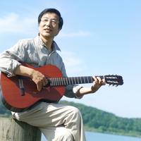 湖の岸辺でギターを弾くシニア男性 20027006025| 写真素材・ストックフォト・画像・イラスト素材|アマナイメージズ