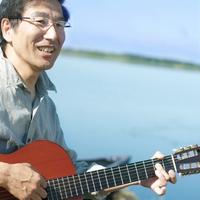 湖の岸辺でギターを弾くシニア男性 20027006026| 写真素材・ストックフォト・画像・イラスト素材|アマナイメージズ