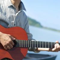 湖の岸辺でギターを弾くシニア男性の手元 20027006027| 写真素材・ストックフォト・画像・イラスト素材|アマナイメージズ