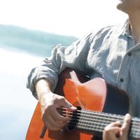 湖の岸辺でギターを弾くシニア男性の手元 20027006028| 写真素材・ストックフォト・画像・イラスト素材|アマナイメージズ