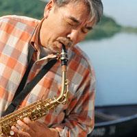 湖の岸辺でサックスを演奏するシニア男性 20027006031| 写真素材・ストックフォト・画像・イラスト素材|アマナイメージズ