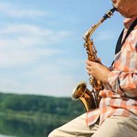 湖の岸辺でサックスを演奏するシニア男性の手元 20027006032| 写真素材・ストックフォト・画像・イラスト素材|アマナイメージズ