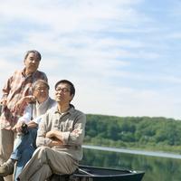 湖の岸辺でカヌーに座るシニア男性3人 20027006041| 写真素材・ストックフォト・画像・イラスト素材|アマナイメージズ