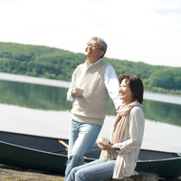 湖の岸辺で空を見上げ微笑むシニア夫婦 20027006046| 写真素材・ストックフォト・画像・イラスト素材|アマナイメージズ