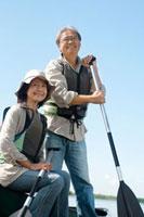 湖の岸辺でカヌーに座り微笑むシニア夫婦 20027006049| 写真素材・ストックフォト・画像・イラスト素材|アマナイメージズ