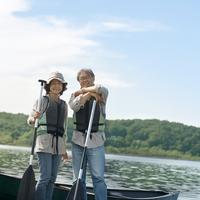 湖の岸辺でオールを持って立つシニア夫婦 20027006050| 写真素材・ストックフォト・画像・イラスト素材|アマナイメージズ