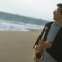海辺でサックスを持つシニア男性の横顔