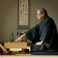 和室で囲碁をする着物姿のシニア男性 20027006102| 写真素材・ストックフォト・画像・イラスト素材|アマナイメージズ