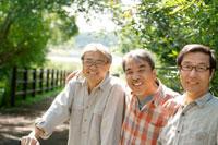 林道で微笑む3人のシニア男性 20027006128| 写真素材・ストックフォト・画像・イラスト素材|アマナイメージズ