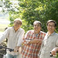 林道で微笑む3人のシニア男性
