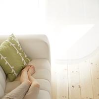白いソファーに横になる20代女性の足元 20027006169| 写真素材・ストックフォト・画像・イラスト素材|アマナイメージズ