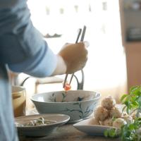 キッチンで和食を作る20代女性の手元