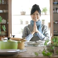 和食を前に両手を合わせ微笑む20代女性