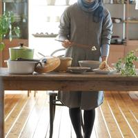 キッチンで和食を作る20代女性