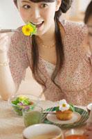 エディブルフラワーを使った料理を食べる20代女性