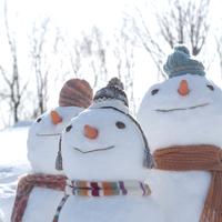 空を見上げる雪だるまの家族
