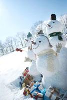 たくさんのプレゼントと雪だるま
