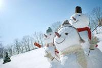 雪原の中の雪だるま 20027006563| 写真素材・ストックフォト・画像・イラスト素材|アマナイメージズ
