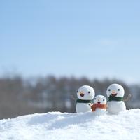 雪原に立つ雪だるまの親子 20027006571| 写真素材・ストックフォト・画像・イラスト素材|アマナイメージズ