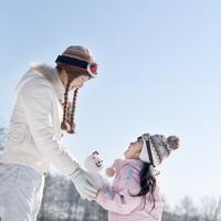 雪だるまを受け渡す親子