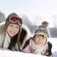 雪原に寝転ぶ親子 20027006588| 写真素材・ストックフォト・画像・イラスト素材|アマナイメージズ