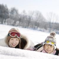 雪原に寝転ぶ親子 20027006589| 写真素材・ストックフォト・画像・イラスト素材|アマナイメージズ