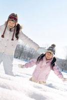 雪原で遊ぶ親子 20027006590| 写真素材・ストックフォト・画像・イラスト素材|アマナイメージズ