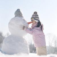 雪だるまと遊ぶ女の子