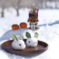 お盆にのせた雪ウサギと門松 20027006614| 写真素材・ストックフォト・画像・イラスト素材|アマナイメージズ