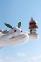 手袋の上にのせた雪ウサギと門松