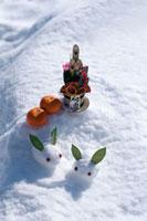 雪原の上の雪ウサギと門松