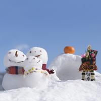 雪だるまの親子とかまくらと門松